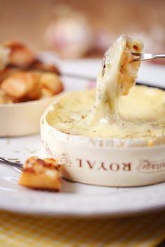Fondue express de camembert Fondue Recipes, Cheese Recipes, Cooking Recipes, Tapas Party, Fondue Party, Camembert Barbecue, Confort Food, French Cheese, Hot Appetizers