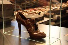 Chocolate and shoes what more do you need, do you think they come in AA? Chocolate Fashion, Chocolate Art, Chocolate Gifts, Chocolate Coffee, How To Make Chocolate, Chocolate Lovers, Chocolate Festival, Shoe Molding, Chocolate Sculptures