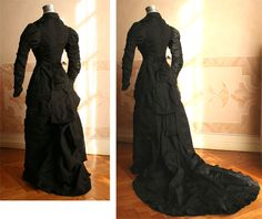 1876 train - Full dress will probably be in mourning taffetas black closed in front by a series of buttons and decorated in the center of the back by a band of black lace, terminating in a bow. Within a few strips of the skirt loops of metal rings allow the train to curl up to make it disappear. ____ (translated from Italian by Google)