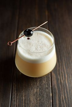 A classic whiskey sour cocktail recipe made with bourbon lemon simple sugar and egg white Frothy citrusy and refreshing Whiskey Cake, Whiskey Gifts, Cigars And Whiskey, Whiskey Cocktails, Easy Cocktails, Classic Cocktails, Cocktail Recipes, Whiskey Smash, Whiskey Room