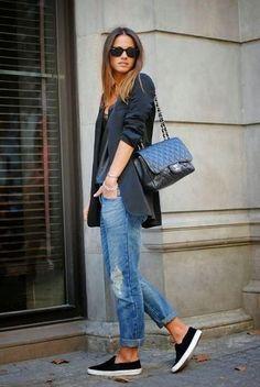 Look de moda: Blazer Negro, Blusa sin Mangas de Cuero Negra, Vaqueros Boyfriend Desgastados Azules, Zapatillas Slip-on Negras