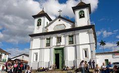 Apesar da fachada modesta, a Catedral Basílica da Sé é uma das mais ricas do Brasil, com altares altamente adornados, dois são de Francisco Xavier de Brito, mestre de Aleijadinho