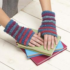 """Star Mitts Free Download Finished Measurements: Circumference: 7½"""" (19.1cm), length: 6½"""" (16.5cm)"""