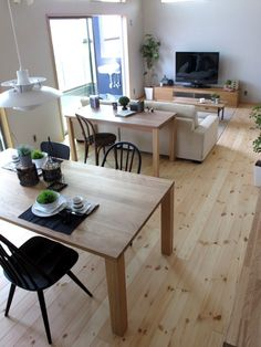 Interior Design Tips For Someone Looking To Improve Their Home – InteriorDIYDesign Desk In Living Room, Simple Living Room, Interior Decorating Tips, Interior Design, Muji Home, Japanese Home Decor, Dining Room Colors, Pastel Interior, Decoration