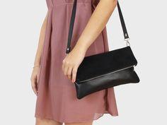 Foldover-Tasche Finja mit Umhängeriemen – Schwarz | Velour aus Leder | Foldover Finja | Umhängetaschen | TASCHEN | lille mus