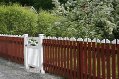 Green Garden, Lawn And Garden, Home And Garden, Swedish Cottage, Cottage Style, Diy Gate, Sweden House, Red Houses, Wooden Fence