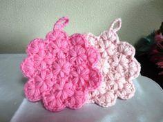 「小花のアクリルたわし」小花が可愛いアクリルたわしです。リフ編みを少しアレンジしてお花模様が浮き出るようにしました! 厚すぎるとこもなく、アクリルたわしには調度良いと思います。 4段編んで完成します。Let´s Try!! [材料]アクリル毛糸(並太) Crochet Home, Knit Crochet, Crochet Star Stitch, Knitting Patterns, Crochet Patterns, Crochet Potholders, Knitted Flowers, Rug Hooking, Diy And Crafts