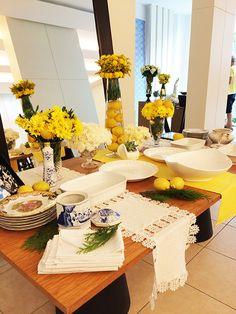 Louças, vasos e rendas escolhidos em curadoria do acervo da família da noiva, modernizados com amarelo, limões sicilianos e flores!