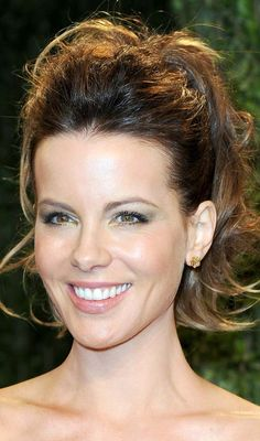 Kate Beckinsale Photos - Actress Kate Beckinsale arrives at the 2013 Vanity Fair Oscar Party hosted by Graydon Carter at Sunset Tower on February 2013 in West Hollywood, California. - 2013 Vanity Fair Oscar Party Hosted By Graydon Carter - Arrivals Pony Hairstyles, Celebrity Hairstyles, Hairstyles Pictures, Kate Beckinsale, Frizzy Wavy Hair, Messy High Ponytails, Wavy Hair Extensions, Hair Puff, Different Hairstyles