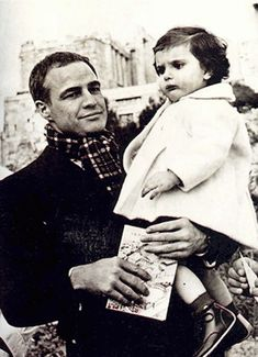 Marlon Brando visited Greece to support children's orphanages in 1958 Marlon Brando, Famous Speeches, Greece Pictures, Greece Photography, Old Hollywood Stars, Vintage Hollywood, Classic Hollywood, Parthenon, Famous Photographers