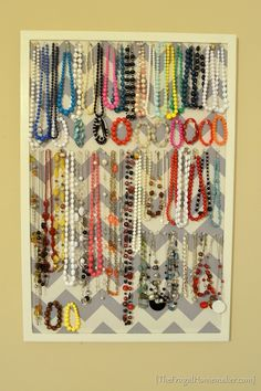DIY Jewelry Organizer--so simple! Cork board, paint the edges, cover it with fabric, and SHAZAM! I already use my cork board for jewelry, but it's just a plain cork board. Jewellery Storage, Jewellery Display, Necklace Display, Diy Necklace Organizer, Diy Necklace Holder, Necklace Hanger, Necklace Storage, Bead Storage, Jewellery Stand