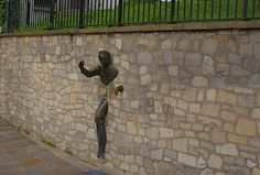 Man in the Wall - 40 Unusual and Creative Statue and Sculpture Art – Part 2