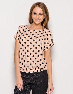 Предлагаем самый простой вариант шитья блузы с коротким цельнокроеным рукавом силуэта Т-шот. Именно с этой модели можно начать шить вещи себе самой. Правильно подобрав материал, можно получить изде…