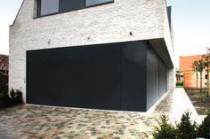 L-door sectionale garagepoort geïntegreerd in gevelbekleding met Renson lamellen | Realisatie: L-door | Ontwerp: Architect Wim Baekelandt
