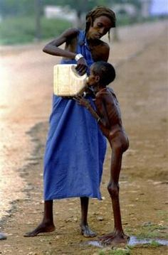 Uma criança faminta da Somália é dada água em Baidoa 15 de dezembro de 1992. REUTERS / Yannis Behrakis