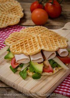 Sandwich de gofres salados con tomate, lechugas, aguacate, pavo y queso.