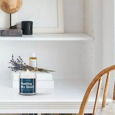 É fã de literatura? Então você precisa conhecer estas velas com aroma de livros novos (Foto: Reprodução/Instagram) Floating Nightstand, Floating Shelves, Design, Lifestyle, Home Decor, Instagram, New Books, Getting To Know, Literatura