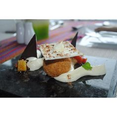 Para morir, el delicioso postre que ofrece el @crowneplazard en la @sdgastronomica compuesto por un mouse de majarete, dulce de coco crujiente, filigrana de cacao dominicano y dulce de lechoza con piña, un manjar. Lee la propuesta que presenta el @crowneplazard en: www.mercadosocial.com #rompeladieta #cerodieta #postre #foodporn #platos #gastronomía