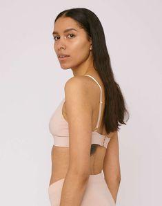 Triangle BH aus Biobaumwolle von Organic Basics. Dieser bequeme BH hat eine doppelte Baumwollschicht für ein gepolstertes Gefühl, ein unterstützendes… Bikini, Triangle Bra, Vegan, Swimsuit, Bra, Cotton, Bikini Swimsuit, Summer Bikinis, Bikinis