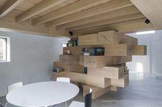 Studio Farris basé à Anvers en Belgique est à l'origine de cette très belle transformation d'une petite grange en bureaux. Ce lieu possède maintenant une s