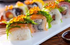 Maki, Sushi, Sashimi avec : Un Vin rouge Rond Epicé/Fruité (ex : Mondeuse) ou un Vin blanc Sec Minéral/Floral (ex : Andlau)
