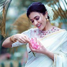 Anju Kurian is an Indian film actress who appears mainly in Malayalam films. Kavi Uddheshichathu and the 2018 film Njan Prakashan. . Follow us at instagram @reelpettiofficial www.reelpetti.com . #priyankamohan #reelpetti #reels #reelpetty #reelsinstagram #actressgallery #actress #tamilactress #kollywoodactress #tamilcinema #cinemagallery #cinewoods #tollywood #mollywood #behindwoods #டோலிவுட் #கோலிவுட் #ரெஜினா #சினிமா #சினிமாசெய்திகள் #தமிழ் சினிமா #தமிழ்ஆக்டர்ஸ் #தமிழ்நடிகைகள் Cute Love Pictures, Girl Pictures, Girl Pics, Indian Women Painting, Set Saree, Actress Priyanka Chopra, Male To Female Transformation, Saree Poses, Photoshoot Images