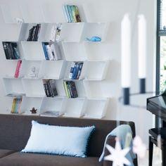 Morfo :: BACKBONE bogreol i fed aluminium med integrerede bogstøtter. Dynamisk opbevaring af dine bøger og dejligt dims.