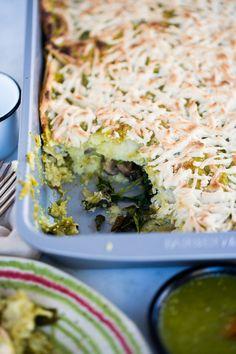 Esta receta de pastel AztecaMexicano con salsa verde y relleno vegetariano es un tipo de lasaña. Son capitas de tortilla con relleno y bañado en queso.