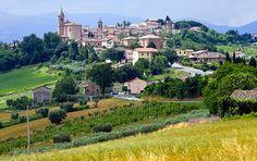 """Marche - """"Adrianmeren puoleisessa Italiassa lymyää herkuttelijan paratiisi. Marchen maakunnan parhaat paikallisherkut löytyvät pikkukaupunkien toreilta ja ravintoloiden listoilta."""" (Maku 15)"""