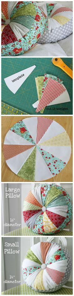 Almohada circular con botón en medio y aplicaciones triangulares.