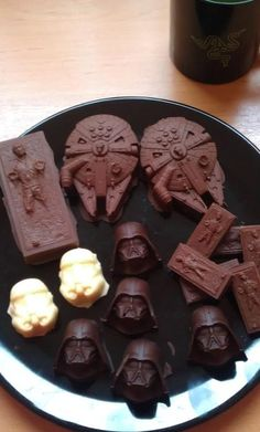 Star Wars + Chocolate??? TAKE MY MONEY NOOOOWWW!!!!! I could use those Ice cube trays for this!!!!