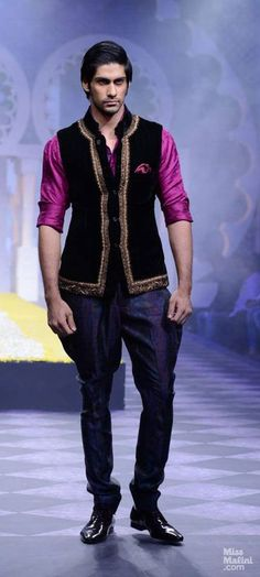 Designer Raghavendra Rathore displayed a regal and royal-inspired collection of wedding and trousseau wear at India Bridal Week in Mumbai. Indian Men Fashion, India Fashion, Mens Fashion, Fashion Outfits, Wedding Dress Men, Wedding Suits, Indian Male Model, Kurta Men, Indian Costumes