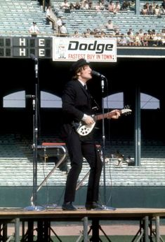 john_lennon_the_beatles_comiskey_park_chicago