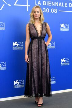 Jennifer Lawrence also attended the Venice Film Festival in a jaw-dropping look. The award-winning actress wore a romantic plunging lace gown, ultra-feminine ankle-strap heels, and delicate jewelry. Le Style Jennifer Lawrence, Celebrity Red Carpet, Celebrity Style, Jennifer Laurence, Venice Film Festival, Festival 2017, Look Star, Beauty And Fashion, Michelle Pfeiffer