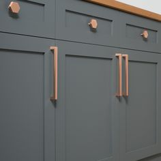 Copper Handles Kitchen Cabinets - It is time to take a brand new look at your home design and look at the kitchen cabinet pan Kitchen Ikea, New Kitchen, Cheap Kitchen, Kitchen Dining, Closed Kitchen, Shaker Kitchen, Awesome Kitchen, Küchen Design, Home Design
