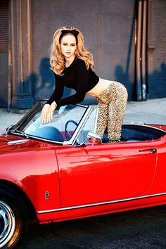 Acheter la tenue sur Lookastic:  https://lookastic.fr/mode-femme/tenues/pull-court-noir-leggings-imprimes-leopard/1179  — Leggings imprimés léopard bruns clairs  — Pull court noir