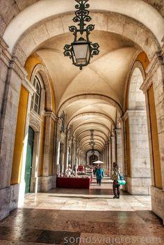 Experiencia en familia en el corazón de Lisboa. La Praça do Comércio | Via Somosviajeros ¿Quieres conocer el corazón de Lisboa? Pues late en la praça do Comercio y aquí tenéis fotos, video en slow motion y panorámicas de esta emblemática plaza. #Portugal