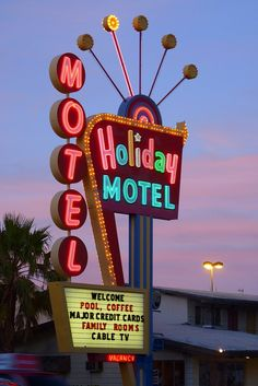 Holiday Motel on Las Vegas Boulevard Old Neon Signs, Vintage Neon Signs, Neon Light Signs, Old Signs, Bedroom Wall Collage, Photo Wall Collage, Picture Wall, Neon Aesthetic, Aesthetic Vintage