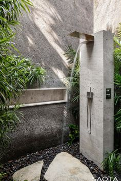 Completed in 2018 in Indonesia. Images by Adam Letch. This resort‐inspired home in Bali's iconic surf destination, Uluwatu, puts a contemporary spin on local materiality and vernacular architecture to. Eco Bathroom, Outdoor Bathrooms, Outdoor Showers, Outdoor Kitchens, Indoor Outdoor Living, Outdoor Spaces, Outdoor Bars, Kleiner Pool Design, Home Focus