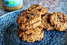 Löjligt enkla, nyttiga och goda kakor gjorda på endast 3 ingredienser som är packade med bra proteiner, kolhydrater, fiber och fett och görs på bara 15 minuter? JA TACK! Det är inte vilka ingredienser som helst utan havregryn, banan och jordnötssmör . Den perfekta och nyttiga kombinationen i ett roligare och godare format. Du får de bästa kolhydraterna, proteinerna och fetterna i en kaka. Dessutom har nog de flesta av er, som jag dessa ingredienser redan hemma. Jag lägger dock till kanel…