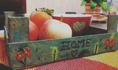 Cassetta di legno della frutta reinventata in un caldo vassoio autunnale! 😍  #shabbychic #shabbyyhomes #autunno #vassoio #ideas #becreativity #homesweethome #artwork #arte #arredamento #interiordesign