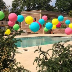 Beautiful big round balloons floating above a pool Swimming Pool Decorations, Summer Party Decorations, Engagement Party Decorations, Big Round Balloons, Floating Balloons, Bubblegum Balloons, Graduation Party Planning, Pool Installation, Housewarming Party
