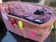 Criar e Pintar o dom que Deus me deu!: Passo - a - Passo Organizador de Bolsa... Bag Organization, Fabric Crafts, Lunch Box, Purses, Sewing, Diy, Organisers, Sewing Ideas, Tela