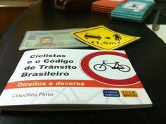 A ONG CicloIguaçu, do Paraná, conseguiu incidir sobre o DETRAN-PR e exigir que houvesse pelo menos 1 pergunta sobre bicicleta em todas as provas para pessoas que estão tirando a Carteira Nacional de Habilitação (CNH).   Com isso, mais motoristas estão sendo educados desde o começo sobre o respeito à bicicleta.   Saiba mais: http://bit.ly/1z1j6nY