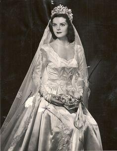 1940's bride. Beautiful tiara and veil www.virginiajustermarriagecelebrantgympie.com