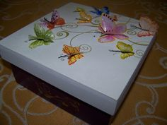 caixa com borboletas em relevo