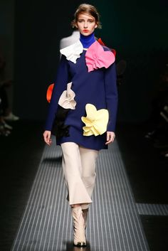 See all the Collection photos from MSGM Autumn/Winter 2015 Ready-To-Wear now on British Vogue Runway Fashion, Fashion Show, Womens Fashion, Milan Fashion, Trends 2015 2016, Vogue, Fashion Details, Fashion Design, Fashion Ideas
