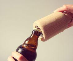 Mit Stubby kann man das wohlverdiente Feierabendbier endlich auf die wohl coolste Art und Weise öffnen. DieFlaschenöffner des jungen Labels kitschcanmakeyourich sind aus massiver Eichegedrechselt...