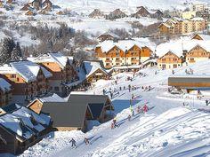 Genieten van een onvergetelijke wintersport in St. François Longchamp! De   chalets en appartementen die Bizztravel u aanbiedt zijn prachtig gelegen in St.   François Longchamp 1650. Ingeklemd tussen de bergketen La Lauzière en het   massief Cheval Noir ligt het gastvrije St. François Longchamp. Het dorp strekt   zich uit over 2 niveaus: St. François Longchamp 1450 en St. François Longchamp   1650. Centraal in het dorp is er een ruim opgezet sneeuwplein, waar een aantal   pistes op uitkomen.