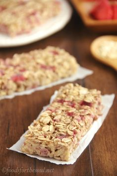 A simple recipe for skinny, clean-eating Strawberry Banana Granola Bars. So much better than the granola bars sold in stores! Healthy Banana Recipes, Healthy Homemade Snacks, Nutritious Snacks, Quick Snacks, Healthy Baking, Snack Recipes, Dessert Recipes, Desserts, Kid Snacks